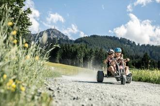 Menschen fahren mit einem Mountaincart