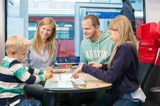 Familie beim Spielen im ÖBB Cityjet