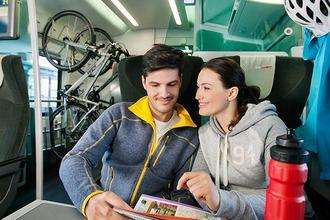Paar mit Fahrrädern im ÖBB Railjet