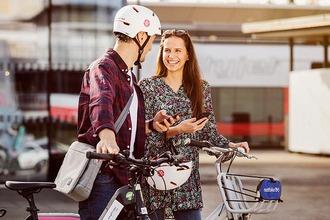 Mann und Frau vor E-Bikes