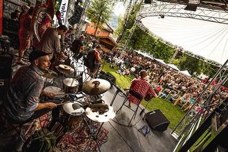 Jazz Musiker mit Bergkulisse