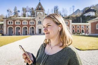 Frau mit Smartphone und Kopfhörern