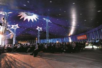 Eine Zirkusmanege mit Publikum