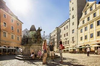 Menschen im Stadtzentrum von Regensburg