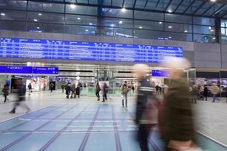 Hauptbahnhof Wien mit Menschen