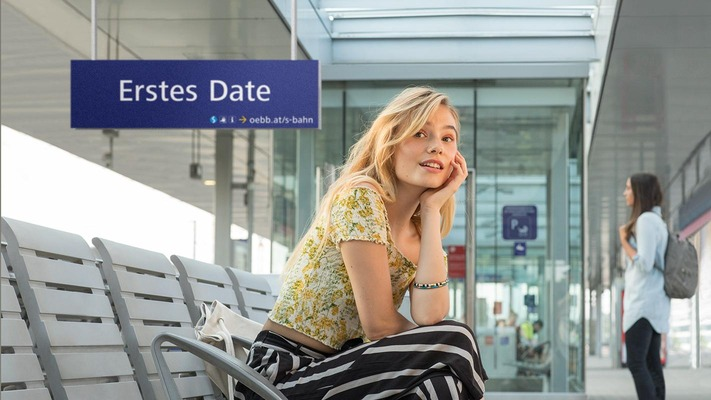 """S-Bahn subject """"First Date"""" - woman waiting on the platform"""