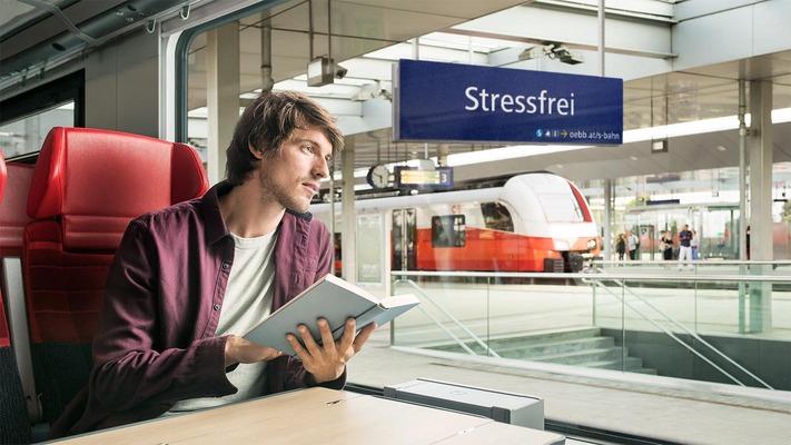 """S-Bahn Sujet """"Stressfrei"""" - Mann blickt gedankenverloren aus dem Zugfenster"""