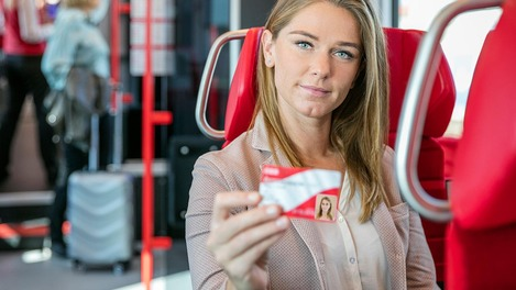 Kundin hält Österreichcard Classic