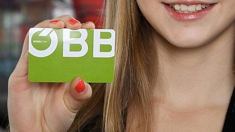 Schülerin hält Schulcard