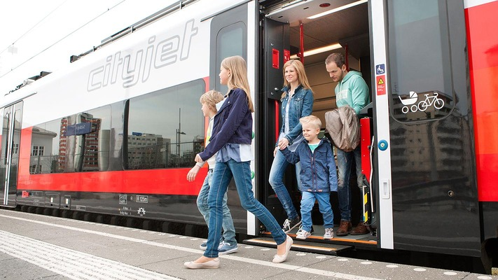 Family gets out of ÖBB Cityjet