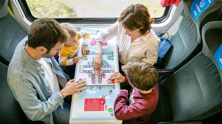 Familie in der Economy Class im ÖBB Railjet