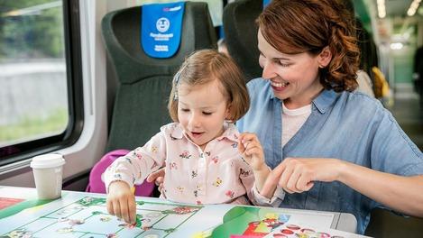 Mutter mit Kind im ÖBB Railjet