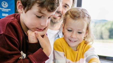 Kinder in der Familienzone im ÖBB Railjet