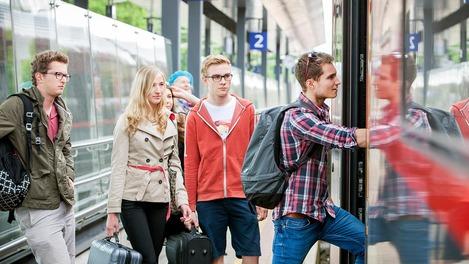 Jugendliche beim Einstieg in den ÖBB Railjet