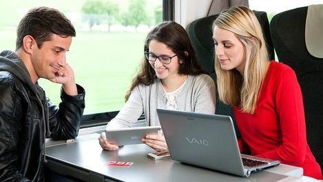 Jugendliche mit Laptop im ÖBB Railjet