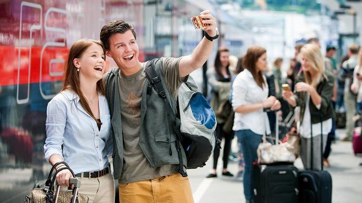 Jugendliche machen Selfie am Bahnsteig