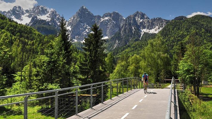 Radfahrer auf Fahrradweg auf Brücke