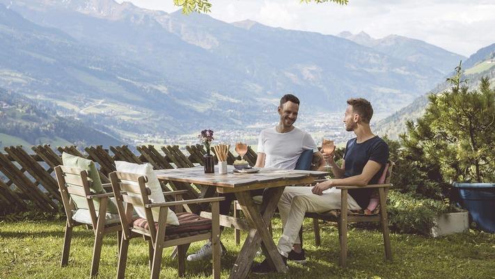 Besucher im Gastgarten in Bad Gastein