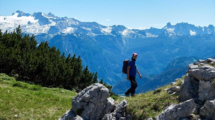 Wanderer vor schönem Bergpanorama