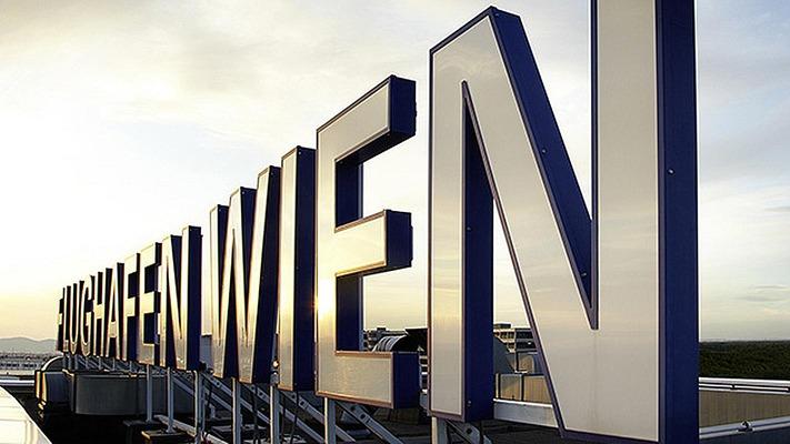 """Lettering """"Flughafen Wien"""""""