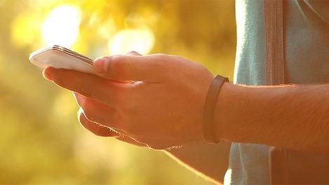 Mann hält Smartphone in seinen Händen