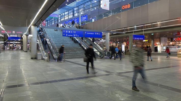 Hauptbahnhof Wien Untergeschoss mit Rolltreppe