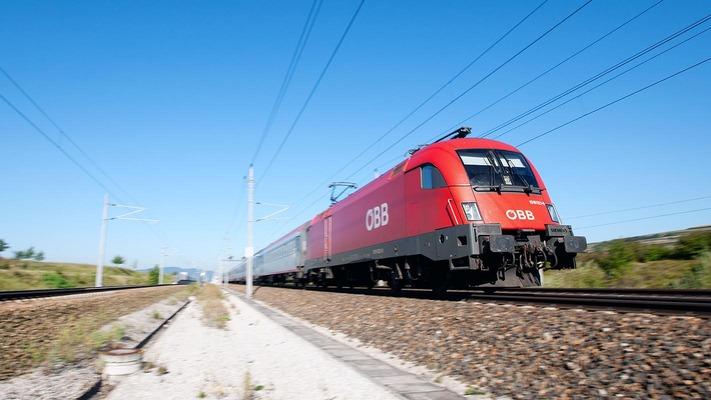Eurocity fährt durch Landschaft