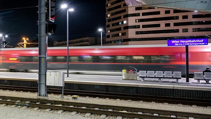 Railjet am Bahnsteig Flughafen Wien