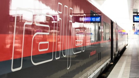 """""""railjet"""" Schriftzug auf dem Zug"""