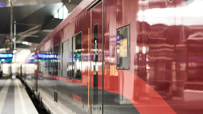 Railjet seitlich, am Hauptbahnhof Wien