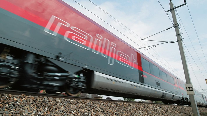 Side view of the Railjet