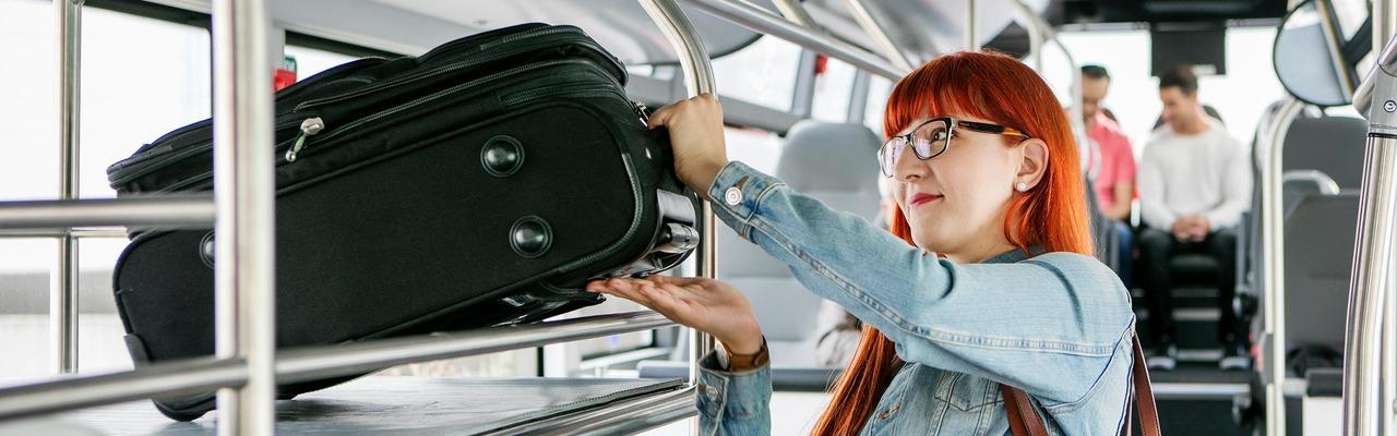 Kundin mit Koffer