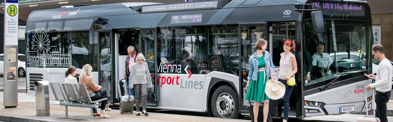 KundInnen beim Ein- und Aussteigen vor dem VAL-Bus