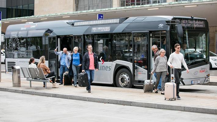 Kunden steigen aus dem Bus
