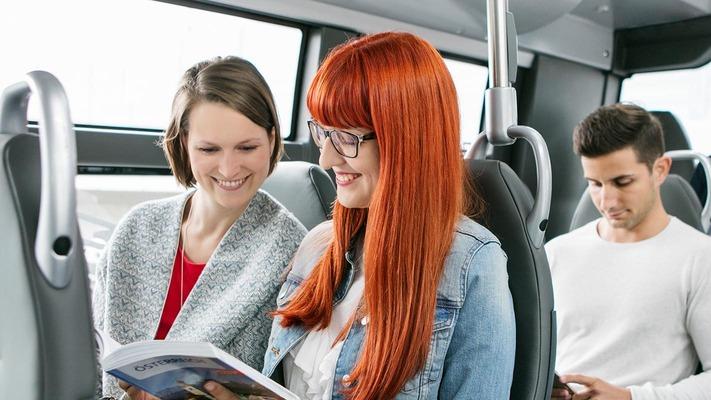 Kunden im Bus